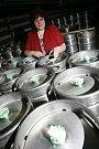 """""""Za kvalitu piva ručí sládek paní Dagmar Vlková"""", najdete na nových etiketách pivních lahví z Měšťanského pivovaru ve Strakonicích, který od července definitivně změnil název na Dudák"""