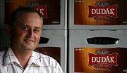 Pivovar v současné době vaří 9 druhů nepasterovaných piv a v loňském roce dosáhl výstavu přes 66 tisíc hektolitrů. Na snímku ředitel pivovaru Jaroslav Tůma