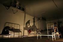 Divadlo Continuo sev srpnu  představilo v zemědělské usedlosti Rábín pohybovou inscenací  situovanou do celého areálu chátrající usedlosti. Děj představení byl isnpirován pohnutými osudy místních obyvatel.