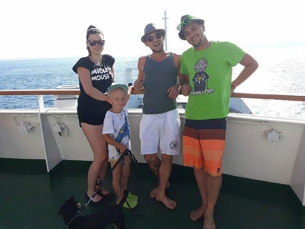 Potomci Aleny Henczeové na lodi.