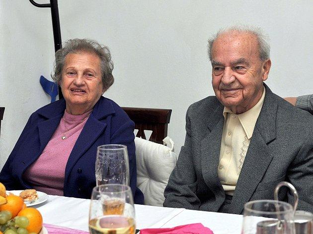 Mimořádné manželské pouto vede společným životem již 66 let Zdenku a Miloslava Kubískovy (na snímku při rodinné oslavě).