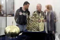 Pohřební insignie Přemysla Otakara II. ve výstavní síni v Českých Budějovicích.
