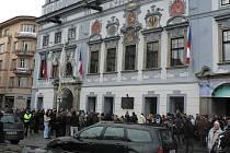 Lidé se naposledy přichází rozloučit s Václavem Havlem na náměstí Přemysla Otakara II. v Českých Budějovicích.