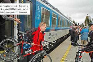 Cestující prvního vlaku vítala kapela.