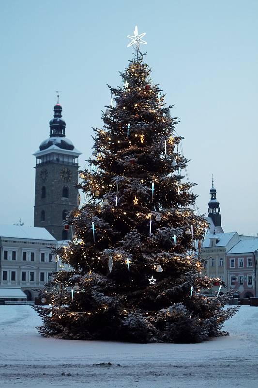 Zasněžené českobudějovické náměstí.