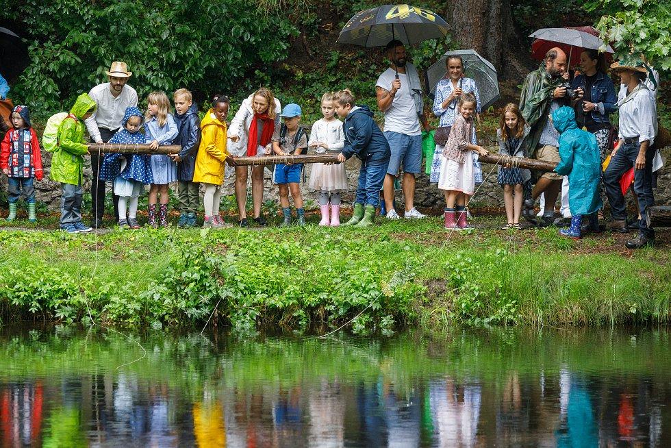 Zahájení školního roku v SZŠ Doma v lese Libníč. Děti na slavnosti  2. září společně lovily klíč, kterým následně odemkly po prázdninách školu.