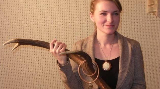 Mirka Kabešová vyrábí šperky z paroží.