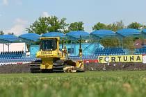 Už v pondělí na Dynamo vjely bagry, stavba vyhřívaného trávníku začala.