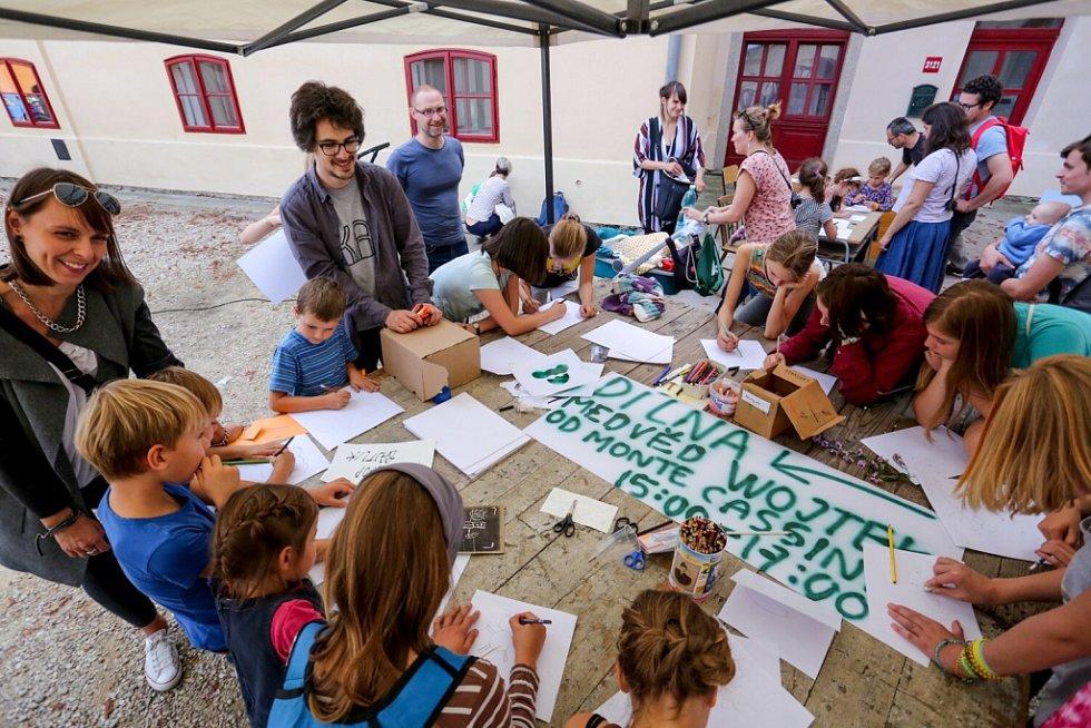 Táborský knižní festival Tabook rozžil o víkendu kotnovskou sýpku i další prostory ve městě. Na snímku dílna, kterou vedl grafik Jakub Plachý.