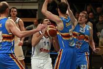 V OBLEŽENÍ. Jako při dobývání hradeb se musel cítit domácí Adam Číž (u míče). Postavili se mu zprava Adrian Melski, Jiří Šoula a Stanislav Zuzák.