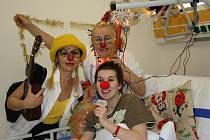 Návštěva klaunů je pro Jenifer Tomkovou vítaným zpestřením pobytu v nemocnici. V úterý si s doktorkou Gustou Hustou v podání Sylvy Malinkové a sestrou Laděnou Sladěnou, kterou hraje Stáňa Kočvarová, s chutí zavtipkovala a zazpívala.