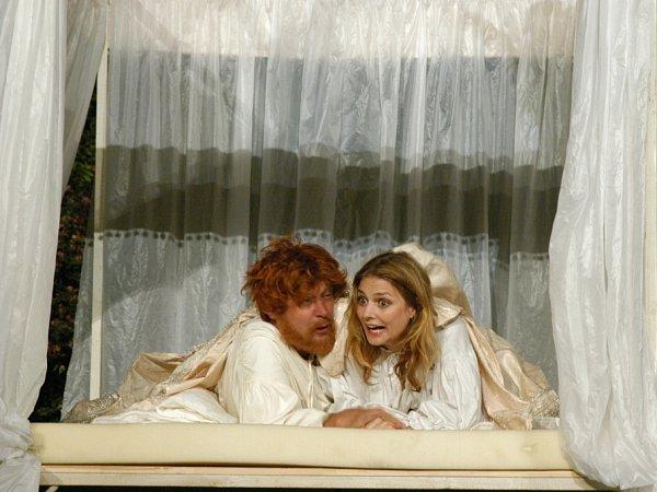 Komedie Ženy Jindřicha VIII., kterou má na repertoáru činohra Jihočeského divadla, je již devět let před otáčivým hledištěm vKrumlově pokaždé vyprodaná. Na snímku Oldřich Vízner a Dana Verzichová.