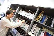 Akademická knihovna v Českých Budějovicích. Zaměstnanci musí také zpracovávat periodika.