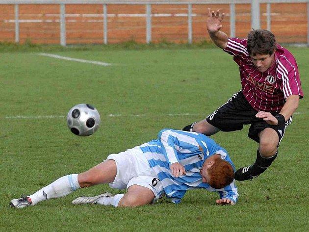 Ladislav Nekvinda v minulém utkání juniorky Dynama doma s Mladou Boleslaví padá přes hostujícího Svobodu.