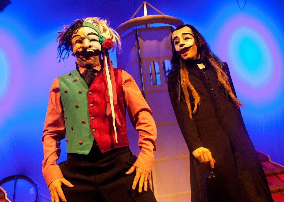 Malé divadlo nasadilo hru Dalskabáty, hříšná ves. Mísí tradiční českou pohádku, masopust i komedii dell'arte.