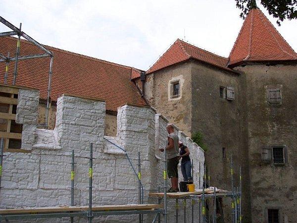 Štáb staví na Cuknštejnu pro film Ať žijí rytíři! umělou hradbu.
