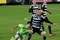 Roman Wermke druhým gólem pečetil výhru Dynama se Žižkovem. Na snímku uniká Engelmannovi.