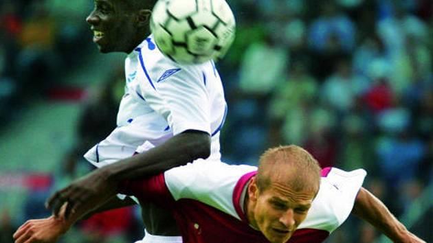 V rušném a dramatickém utkání hráli fotbalisté Dynama s Mladou Boleslaví smírně 2:2 (ve vzduchu bojuje o míč Jaroslav Hílek s boleslavským Mendym).