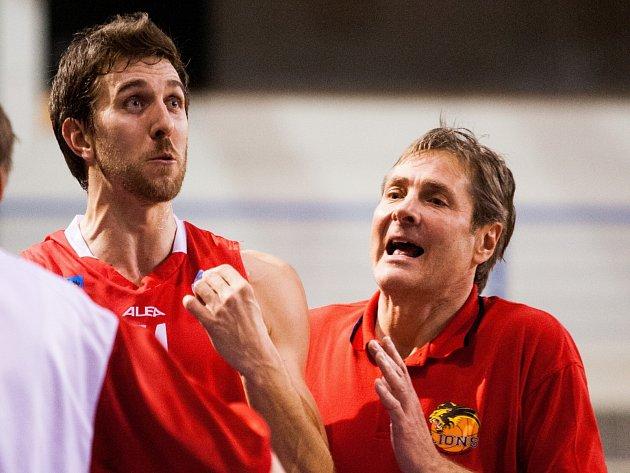 EMOCE. Zápas náležitě prožívali trenér Karel Forejt (vpravo) a exopavský Radim Kramný, nyní v dresu Lions.