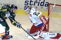 Roman Turek na snímku sice zachránil svůj tým od pohromy před Dejem, prohře o gól ale nezabránil.