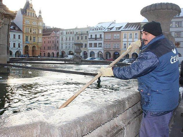 Zvláštní péči věnují v zimním období Samsonově kašně v Českých Budějovicích. Zaměstnanci vodohospodářské společnosti. Dušan Kasper je jedním z těch, kteří denně rozbíjejí lopatami led na vodní hladině, aby tak památku uchránili před poškozením.
