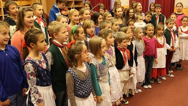 Naposledy cvičně si v pondělí zazpívali koledy členové sboru Bárováček při ZŠ J. Š. Baara v Českých Budějovicích.