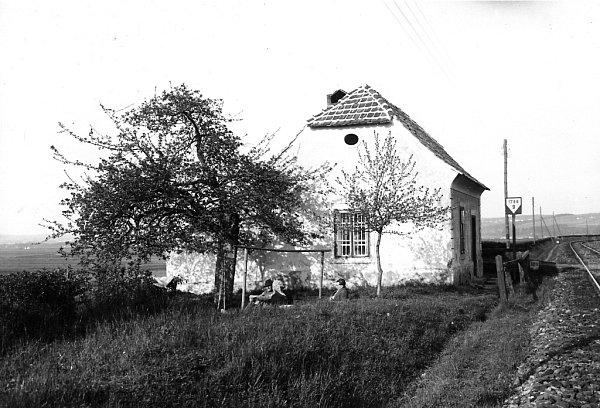Bývalý strážník domek koněspřežky ve Včelné uČeských Budějovic, byl významný tám, že zde fungovala výhybna. Snímek zroku 1925.