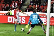 Milan Škoda z této šance Jaroslava Drobného nepřekonal, dvakrát se mu to ale podařilo: Slavia - Dynamo 4:1.