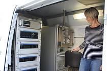Přístroje zaznamenávají údaje o kvalitě ovzduší. Na snímku Ivana Hrubcová ze Zdravotního ústavu se sídlem v Ústí nad Labem a pobočkou v Českých  Budějovicích při kontrole naměřených hodnot.
