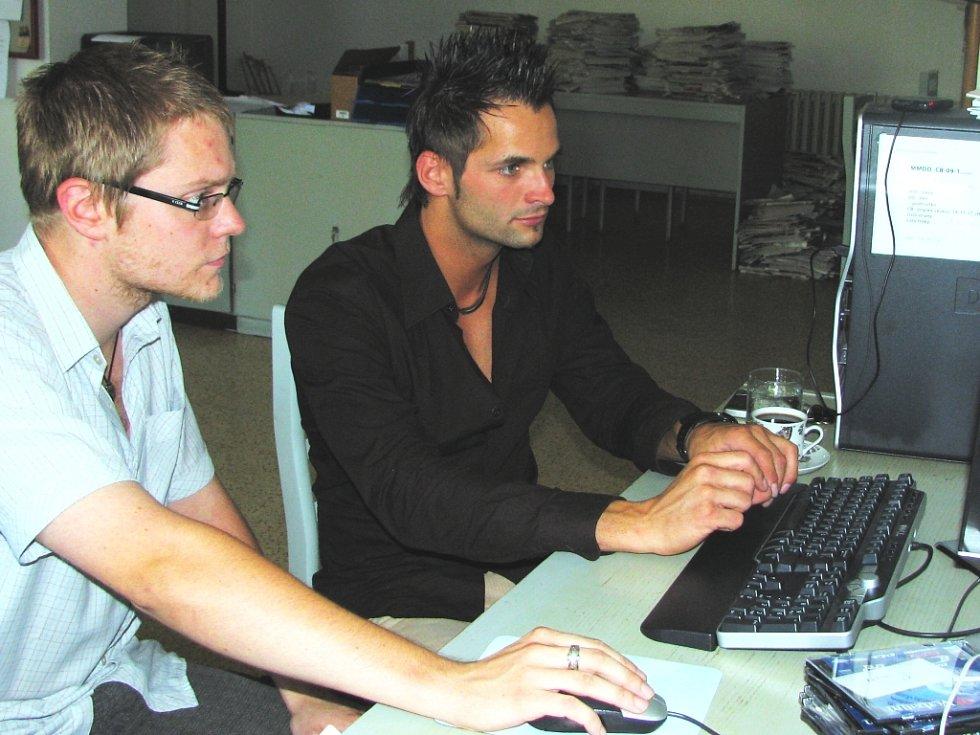 Finalista soutěže Muž roku 2008 Miroslav Jech (v černém) v redakci Českobudějovického deníku.