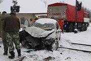 Osobní vozidlo po střetu s vlakem na přejezdu v Kamenném Újezdu.