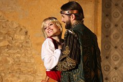 Představení je originální režií Václava Knopa, kdy účinkující hrají po celém nádvoří, z oken zámku i mezi diváky.