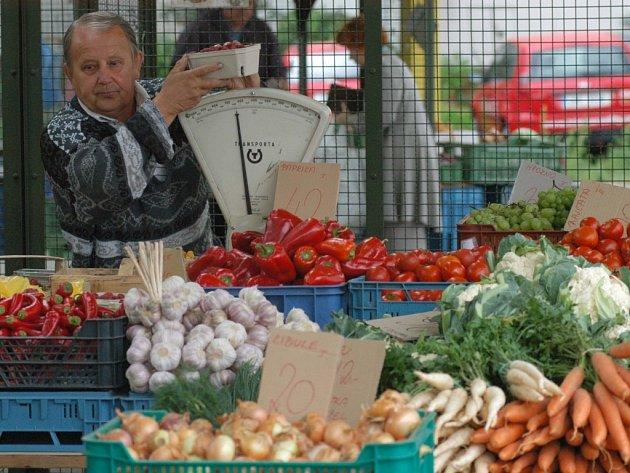 Nejčerstvější výpěstky vystavené navrchu mají nalákat zákazníka k nákupu ovoce a zeleniny, které však není vždycky čerstvé a kvalitní.