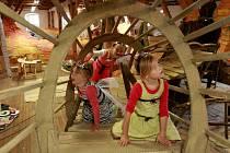 V mravence se promění každý, kdo ode dneška vejde do písecké Sladovny. Ta se proměnila v Mraveniště, jak zní název hravé výstavy, kterou připravil Vladimír Větrovský. V sále Vysoké trámy vznikl žlutooranžový labyrint chodeb a tunelů.