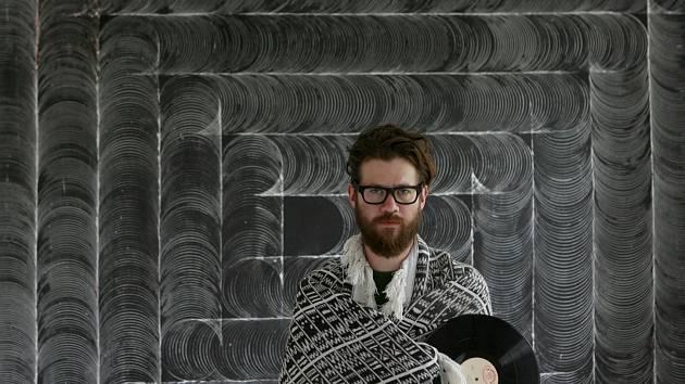 Daniel Vlček se vypořádal s netradičním výstavním prostorem, který přirozeně nutí umělce přemítat o smrti, výstavou s názvem Zobrazení času do konce skladby.