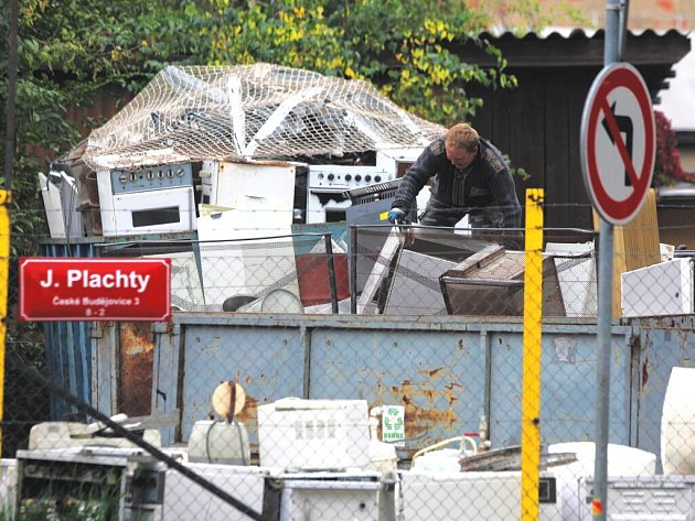 Nové podmínky brzy začnou platit ve sběrnách druhotných surovin. Dotknou se například železného šrotu, který na našem snímku překládá pracovník sběrny v ulici J. Plachty v Českých Budějovicích.