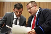 Stanislav Snášel (vlevo) měl dle obžaloby spáchat úvěrový podvod za 330 milionů korun. Na snímku je se svým obhájcem Janem Vargou.