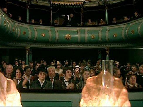 Záběr ze seriálu Stříbrná paruka. Divadlo J. K. Tyla v Třeboni.