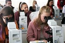 Talent Akademie v přírodovědecké fakultě Jihočeské univerzity, kde se studenti ve dvou laboratořích seznámili s krásou evolučně důležitých druhů sinic a řas pod mikroskopem.