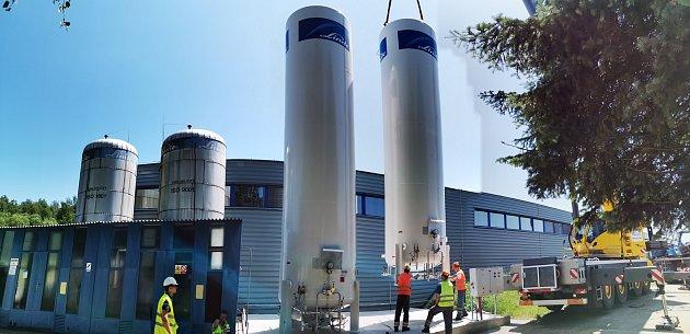 Nové zásobníky kapalného oxidu uhličitého vúpravně vody Plav vdobě montáže.