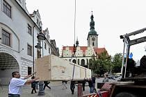 Speciální jeřáb vyzvedl 26. května plátno Václava Brožíka Hus před koncilem Kostnickým do budovy bývalé táborské radnice. Obraz z roku 1883 bude součástí výstavy, kterou chystá Husitské muzeum k 600. výročí upálení Jana Husa. Výstava začne 6. června.