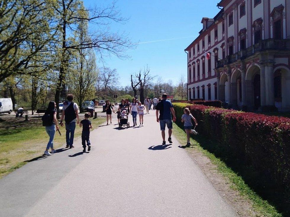 Letní počasí vylákalo do ZOO Hluboká nad Vltavou davy lidí.
