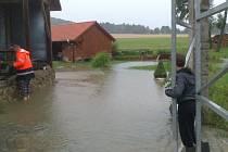 Velká voda se v pondělí večer přihnala do Všemyslic.