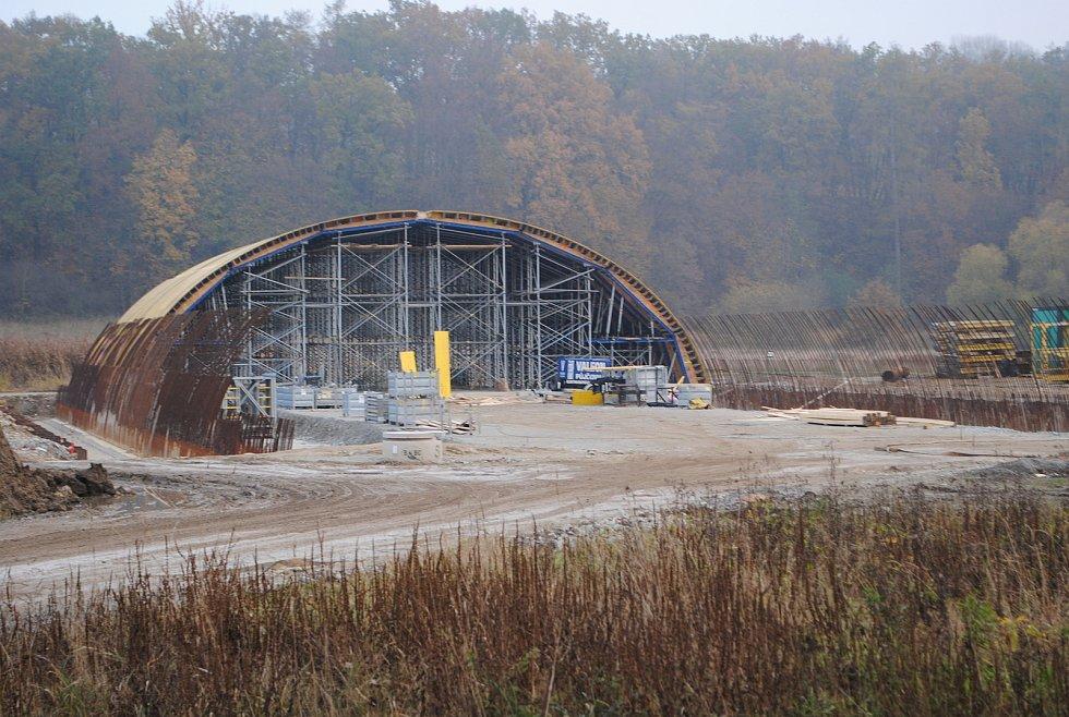 Výstavba D3. U Vidova se staví 792 m dlouhý most, který převede dálnici přes silnici mezi Roudným a Vidovem a přes řeku Malši. Bude to estakáda o 19 polích.