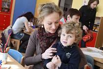 Zápis v mateřské škole u Vrchlického nábřeží.