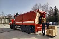 Městská charita České Budějovice distribuuje respirátory se sbírky mezi lidi v nouzi.