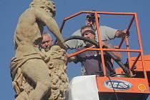 V úterý odborníci sundali sochu Samsona z barokní kašny na budějovickém náměstí. Důvodem je plánovaná oprava kašny.