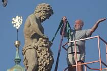 V úterý odborníci sundali sochu Samsona z barokní kašny na budějovickém náměstí.