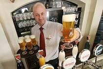 Speciální edici nového typu piva začal dnes prodávat českobudějovický Budvar ve vybraných hospodách, na snímku z Masných krámů je Radim Tomka.