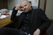 Kurátor českobudějovického Domu umění Michal Škoda zvítězil ve výběrovém řízení (jehož byl jediným účastníkem) a budějovičtí radní rozhodli, že galerii bude provozovat dalších deset let.